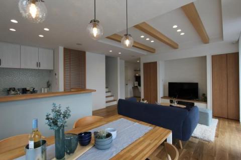 モデル棟LDK:天井梁と明るく質感の良い木目の床が特徴です。