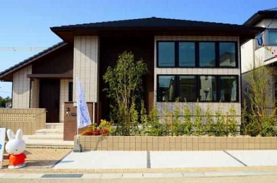 南向きに大きな窓を大胆に配列した斬新なデザイン。