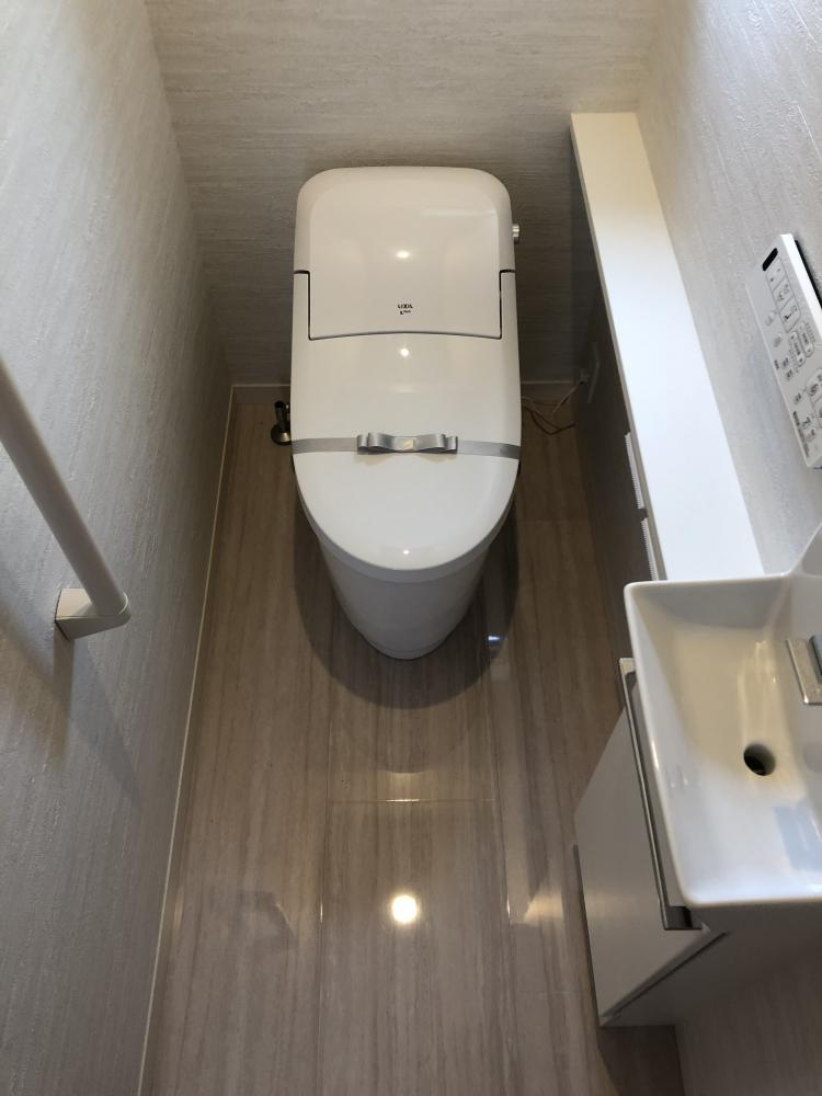 人気のオリジナル洗面!幅が広いので一度に2人で使えます♪鏡はスライドします。
