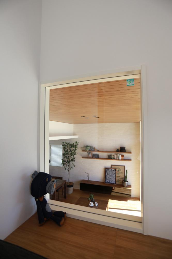 1階と1.5階は明かり窓があることで空間の繋がりを感じられます♪
