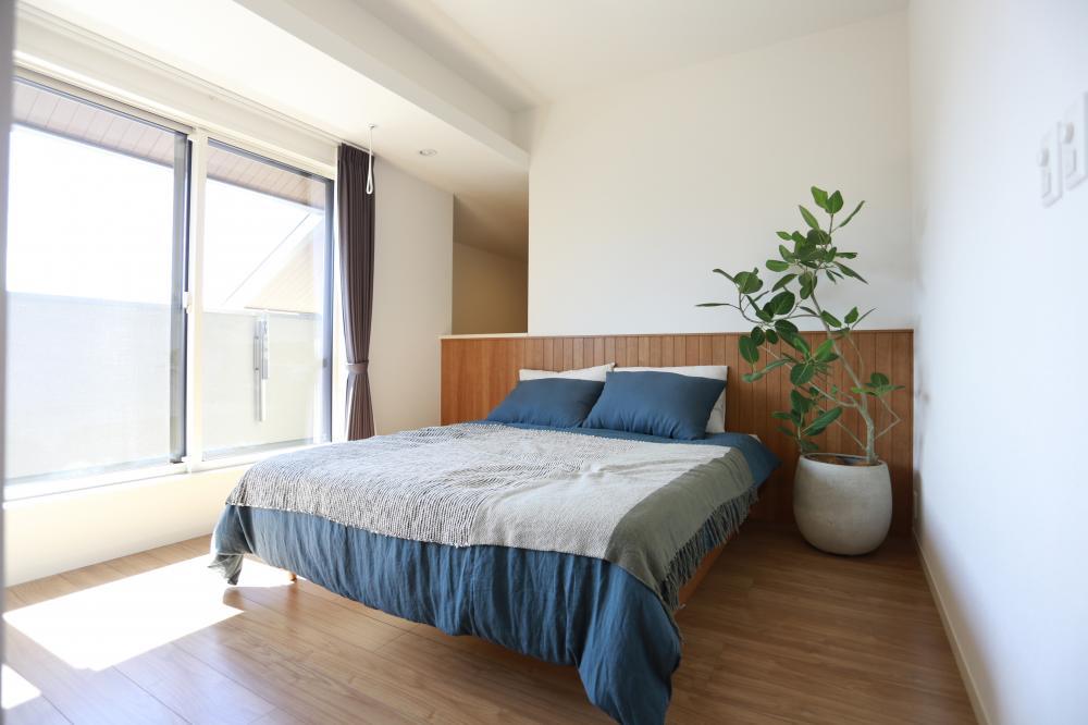 寝室には大きなロフト収納がございます♪