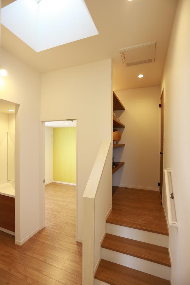 寝室にはちょこっと階段を上っていきます♪空間を面白く使っています♪