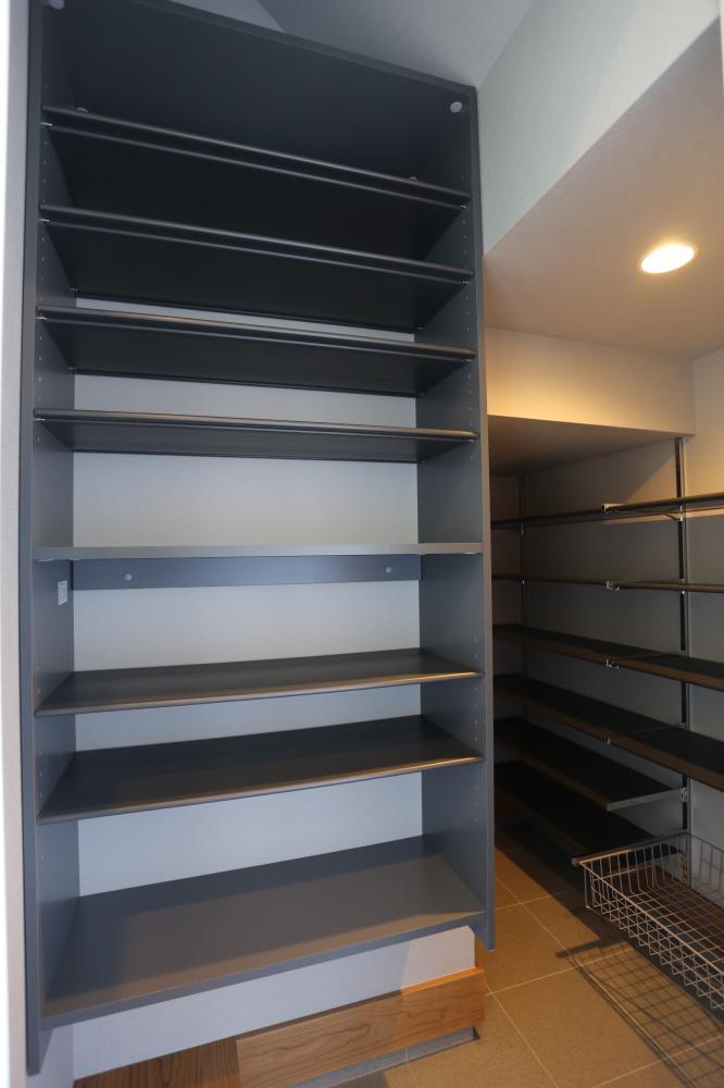 玄関にはファミリーロッカー♪荷物をリビングに持ち込まずに済む、便利な収納空間です♪