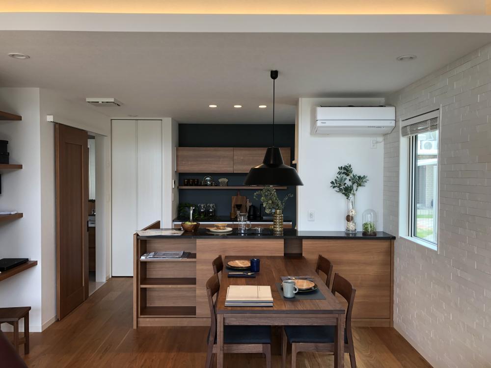 キッチンも木目調で落ち着いた雰囲気。収納もあり家族みんなで食事の準備ができます。