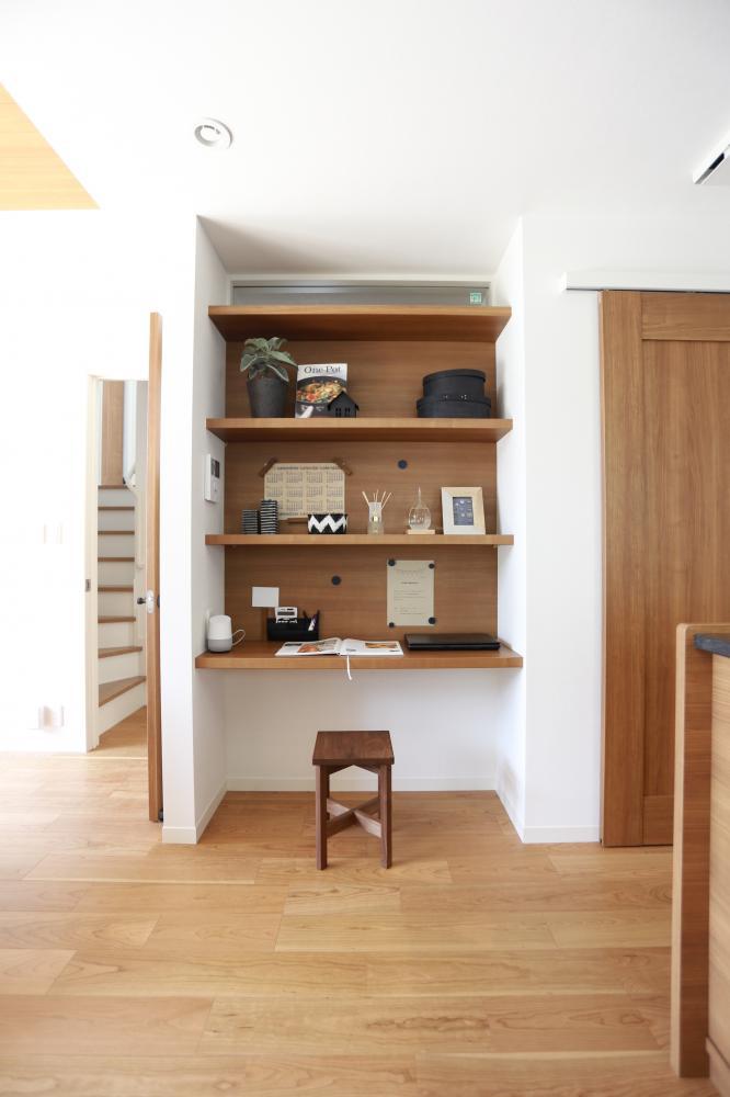 ダイニングの隣にカウンタースペース。ちょこっと勉強したり本を読んだり…家族みんなで使えるマルチスペースです♪