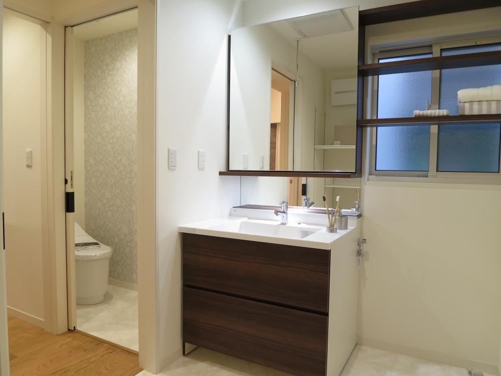 大きな鏡のオリジナル洗面。鏡がスライドして窓を隠せます♪鏡の後ろは嬉しい収納スペース!