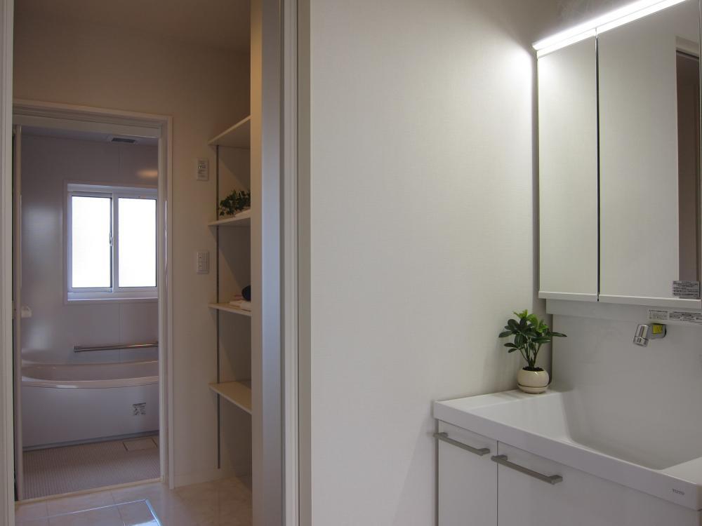 洗面室から浴室。