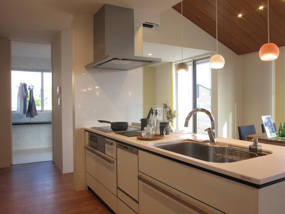 キッチンの隣には室内干し付洗濯スペース。楽々家事導線です。