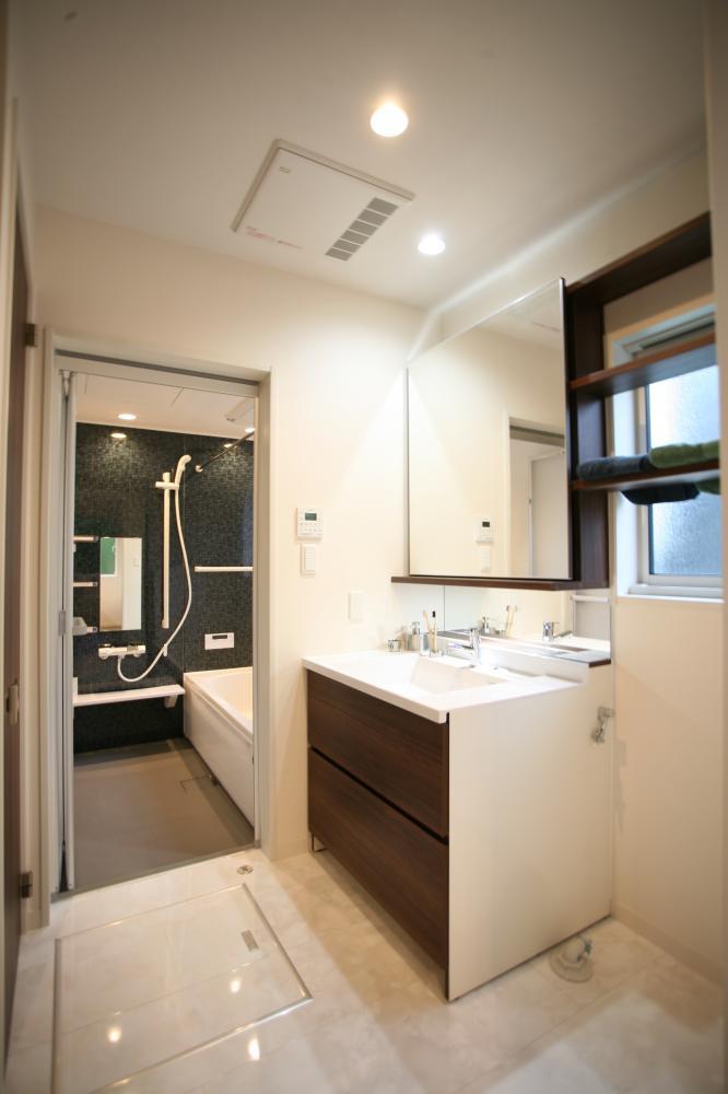 大きな鏡が人気のオリジナル洗面♪鏡はスライドして窓を隠してくれます♪お着替え時も安心!