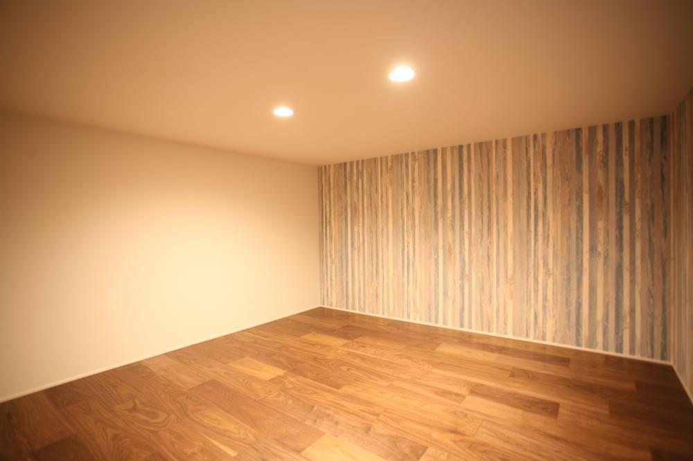 1階4.5帖の蔵収納には掃除機やTVゲーム機、季節外の物も簡単にしまえます♪