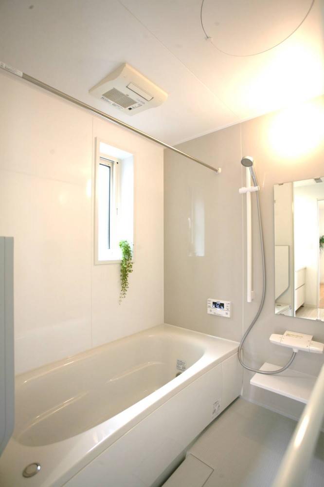 グレーの落ち着いた浴室で1日の疲れを癒しましょう♪