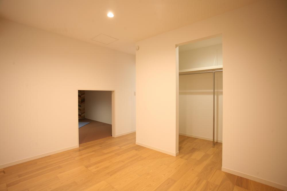 寝室にはWIC♪蔵収納の入り口もこちらです♪