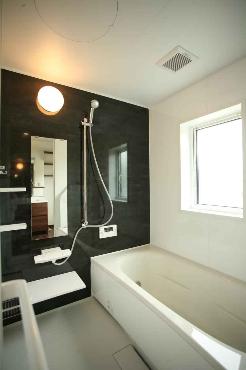 シックなアクセントの浴室はパナソニック製。
