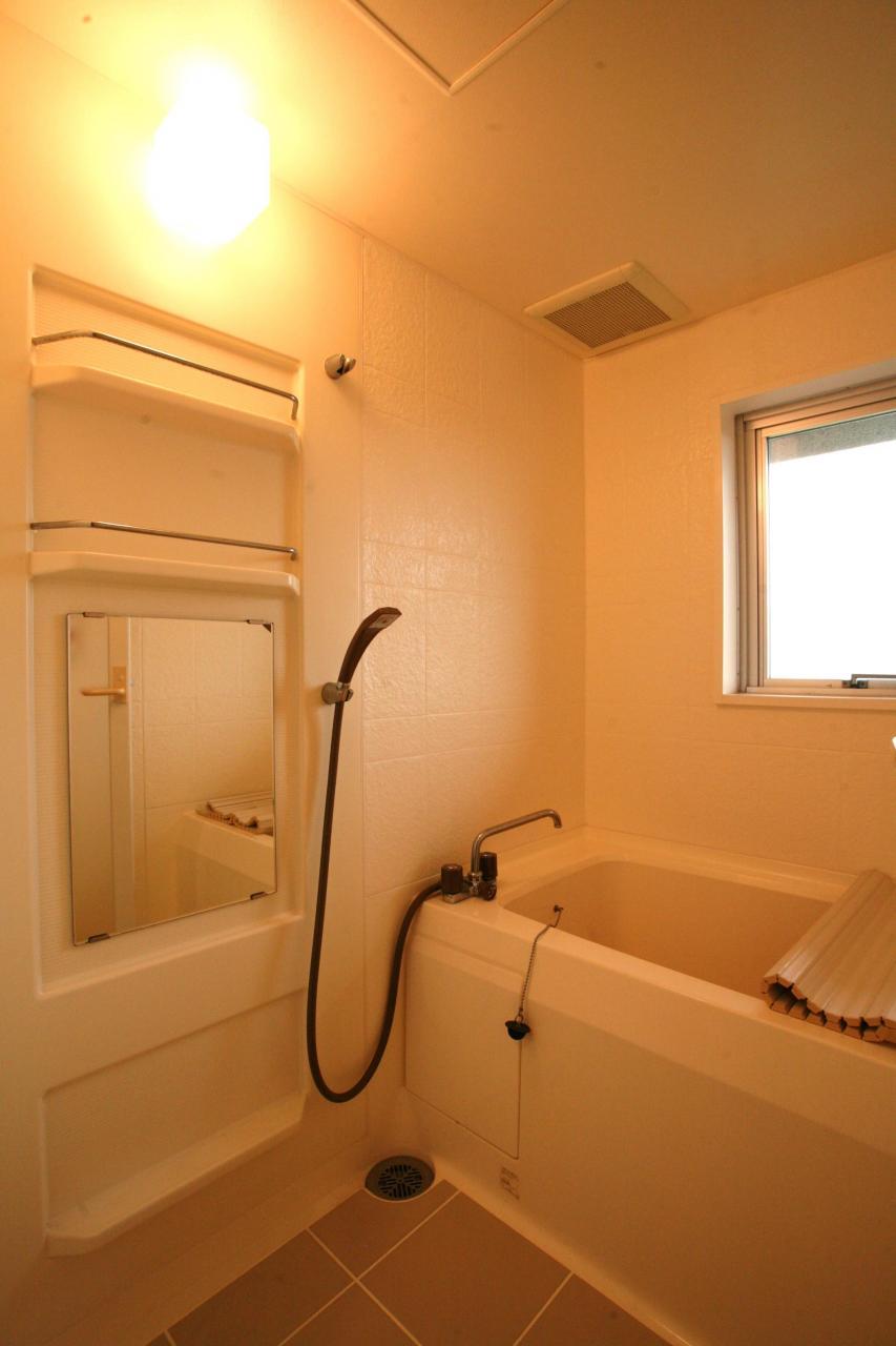 窓付きで換気もでできる浴室。ほぼ未使用です。