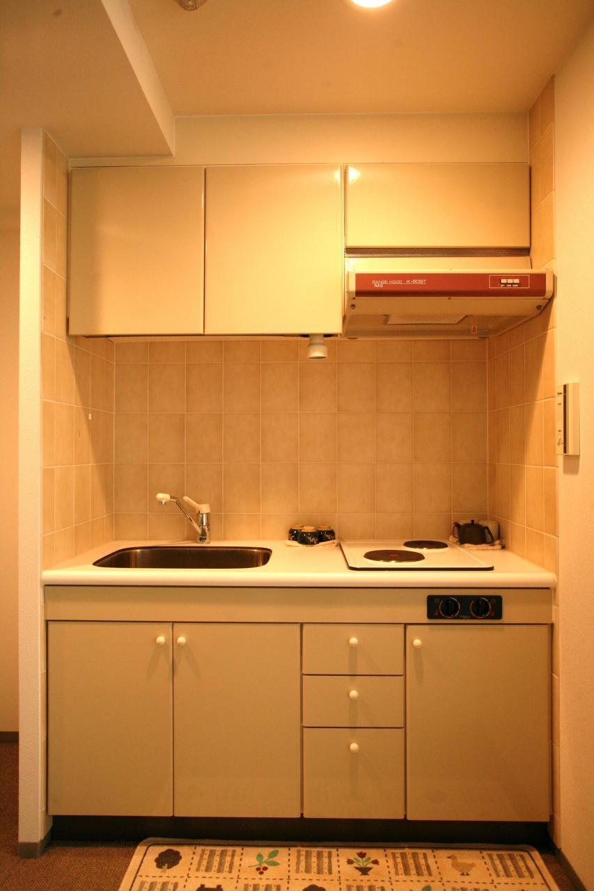 リゾートマンションではありますが、2口コンロでお料理も楽しめるキッチンです