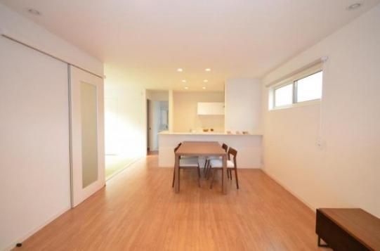 【LDK】キッチンを中心にリビング、ダイニング、タタミコーナーが広がります。