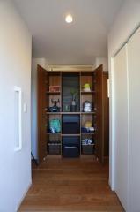 玄関には収納がたっぷり!見せる収納と隠す収納を上手に使い分けましょう♪
