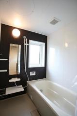 ダークブラウンの落ち着きのある浴室です♪1日の疲れもゆっくり取れますね♪