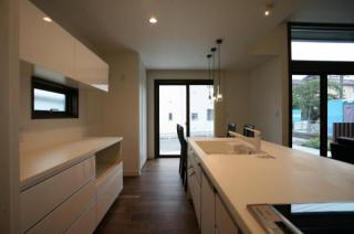 カウンタースペースが広いのでお皿や食材をちょこっと置くのも便利!