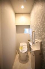 清潔感のあるアクセントクロスがオシャレなトイレです♪収納もたっぷり!