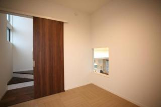1.5階の和室からはリビングが見下ろせます♪自然と家族の繋がりが増えるお部屋です!
