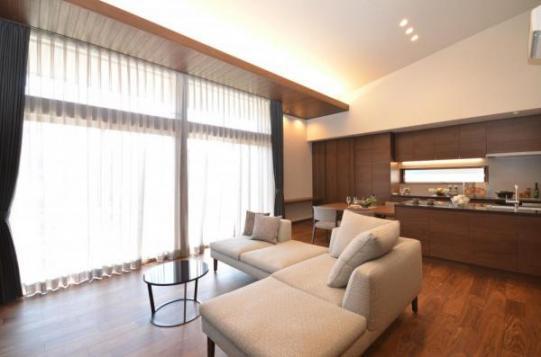 【リビング】大空間&大開口&勾配天井&スキップフロアデザイン&蔵で、多様な暮らしを楽しめます。